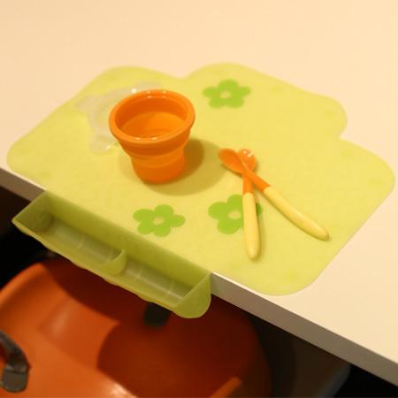 テーブルを汚してしまう心配が減る、シリコンマット。くるくるっと丸めて持ち運びできるので便利