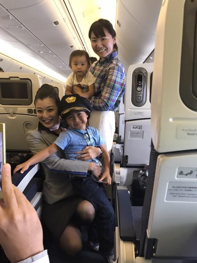機長さんの帽子をかぶってパチリ。飛行機での旅行が、家族みんなの楽しい思い出になるといいですね