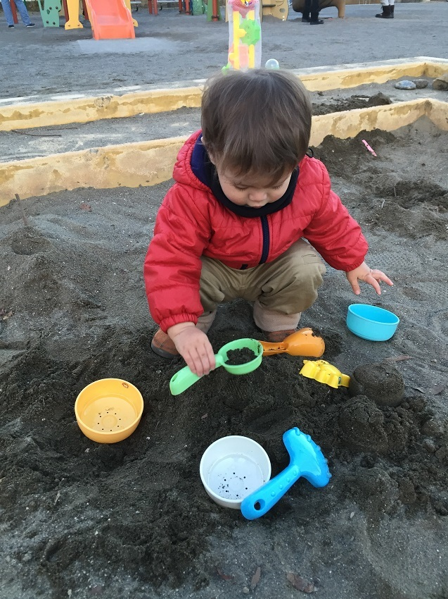 スコップや型など、お砂場セットは必須。スモックなどのお砂場着を着ている子もいます