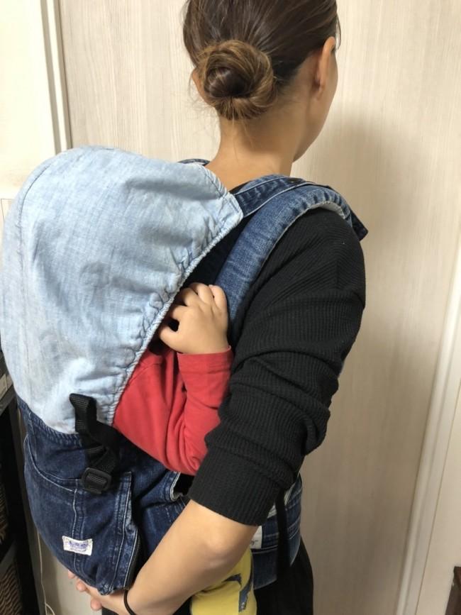 長男をおんぶして家事をこなし、次女のお相手を。年の近い姉弟育児ではおんぶ時間が長くなります
