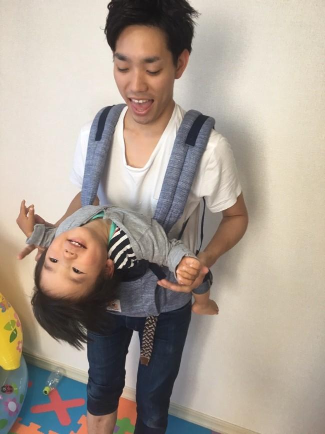 大きくなると、抱っこ中にこんな風に動きまわるように。ママもヒヤっとしますよね