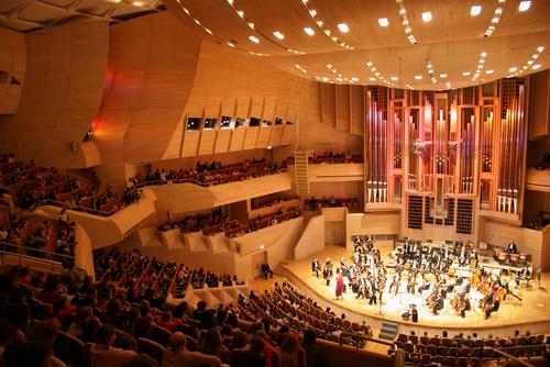 クラシックのコンサートというとこんなホールで行われるイメージですが、まずは野外や小規模のコンサートが狙い目!