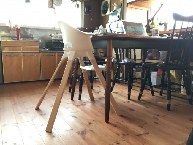 大人の椅子と比べると、かなり大きく広くひろがった脚