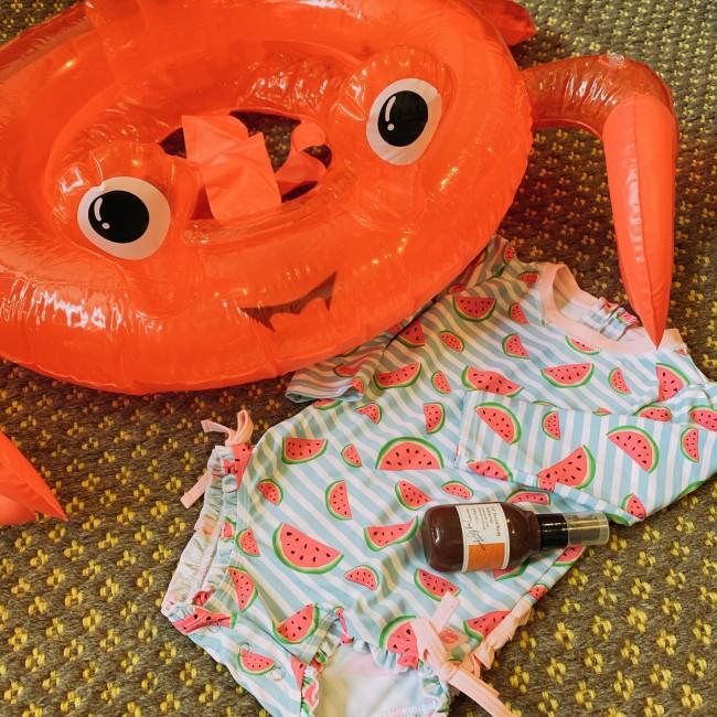 派手で可愛いスイカ柄と、カニさん浮き輪で用意はばっちり!