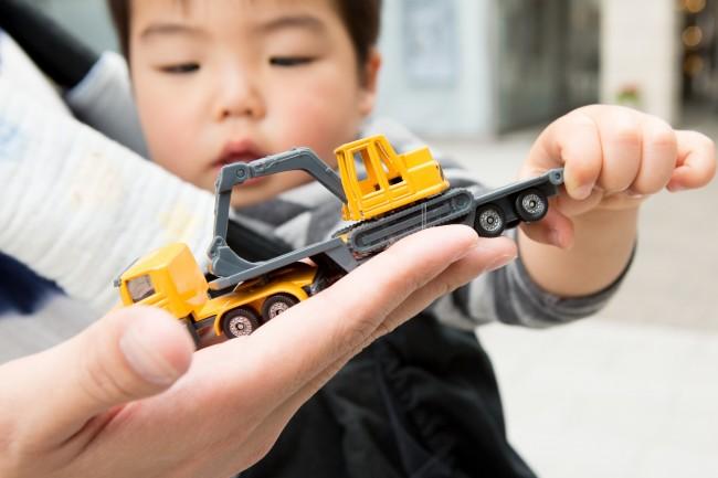 この日は抱っこ紐でのおでかけ。お気に入りの車のおもちゃは、おでかけ時に必ずもって来ます