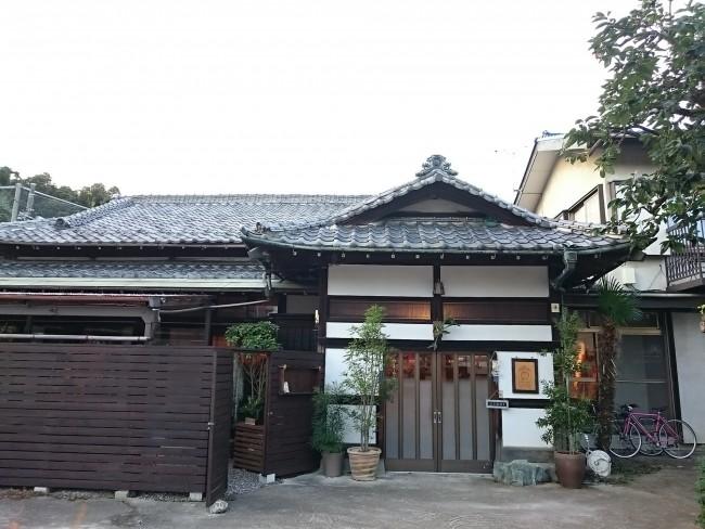 田舎のおばあちゃんちのような門構え! これが東京おかっぱちゃんハウスです
