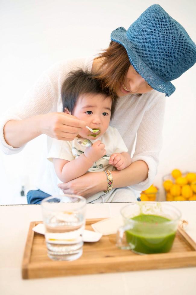 """10ヶ月のベビーが食べていたのは""""ほうれん草のスープ""""。癖のありそうなほうれん草もおいしそうに食べました。"""