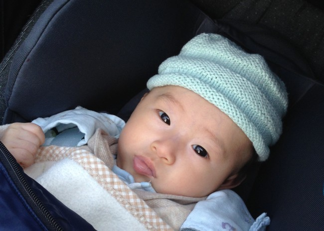 こちらも妊娠中に編んでおいた手編みのニット帽。オーガニックコットンなのでチクチクする心配もありません