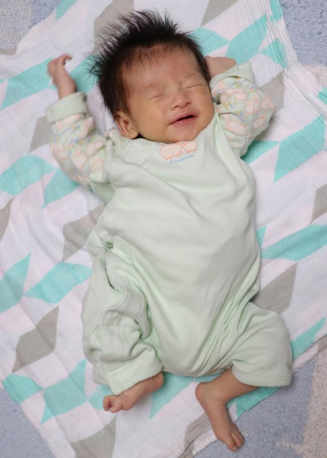 ふんわりした色のおくるみの上では赤ちゃんがシャープに見えるので、表情が引き立ちます