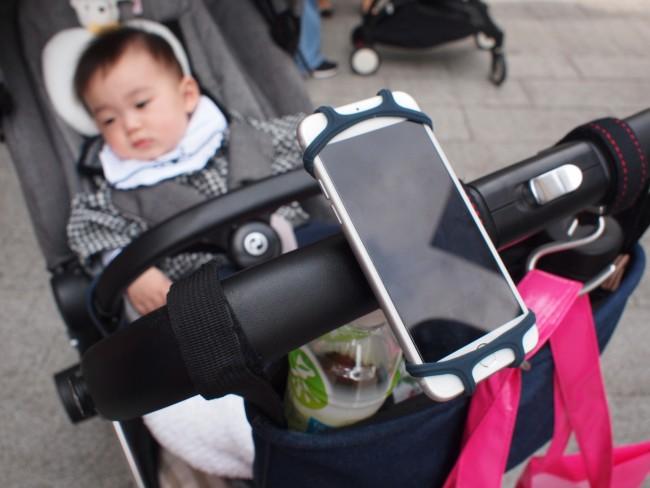 ママは、ハンドルに自転車用の携帯ホルダーをつけていました。ぜひ真似したい!