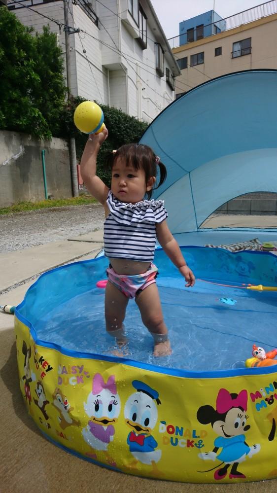 可愛いものが大好きな1歳児。水着を着るとテンションが上がります♪