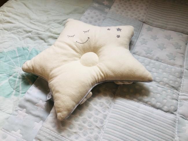 小さな頭を乗せる専用まくら(ピロー)は、良い夢を見られるように可愛い星デザインを☆
