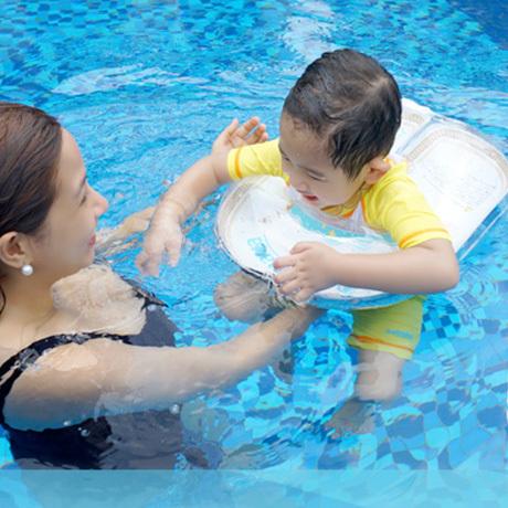 子供の体力をつけたり、体幹を鍛えると言われているスイミング。子供は水に触れ合うのが大好きです