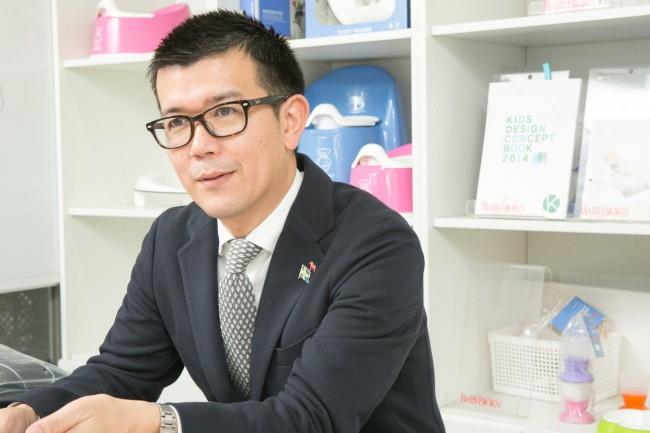 ベビービョルン株式会社の代表取締役であり、アジア・パシフィック営業統括責任者である深井誠さん。深井さんはベビービョルンに携わって今年で13年になる