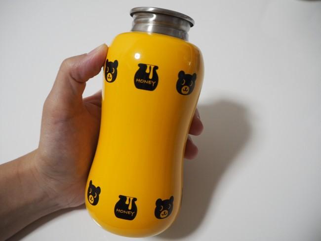 パーカーを脱ぐと、ボトルにもクマが! 細部までこだわったデザインです