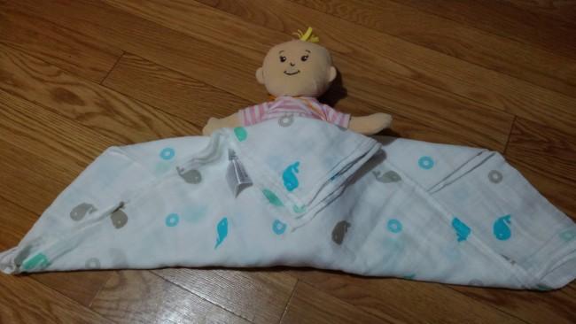 このように、赤ちゃんをのせたらまず足を包み込んでから、左右を巻いてもいいと思います