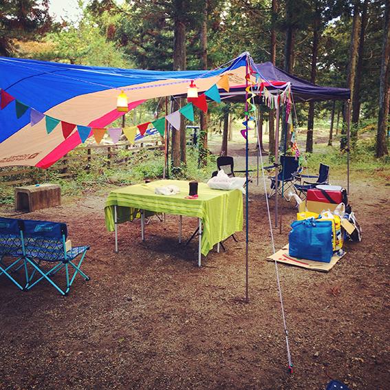 キャンプを楽しむコツはまず、雰囲気作りから……。ガーランドで飾り付けたりすれば子供たちも喜んでくれます