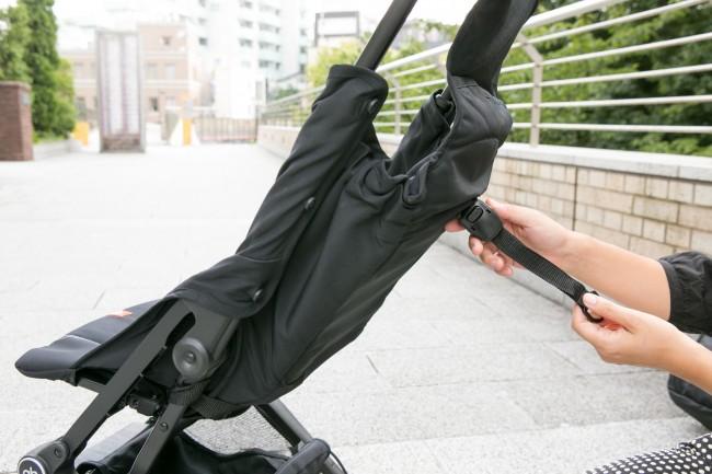 後ろのベルトを引っ張るだけでリクライニングの角度をかえることができます