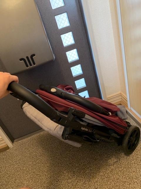 たたんだまま、キャリーバッグのように引いて移動もできます