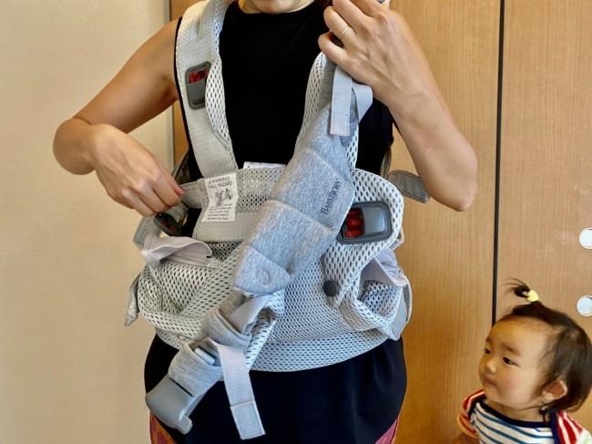 上ふたつ、下ひとつのバックルを外して赤ちゃんをのせる体勢に