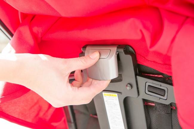 シートの背面にあるボタンを押しながら引っ張るとリクライニングのロックがはずれて倒せます
