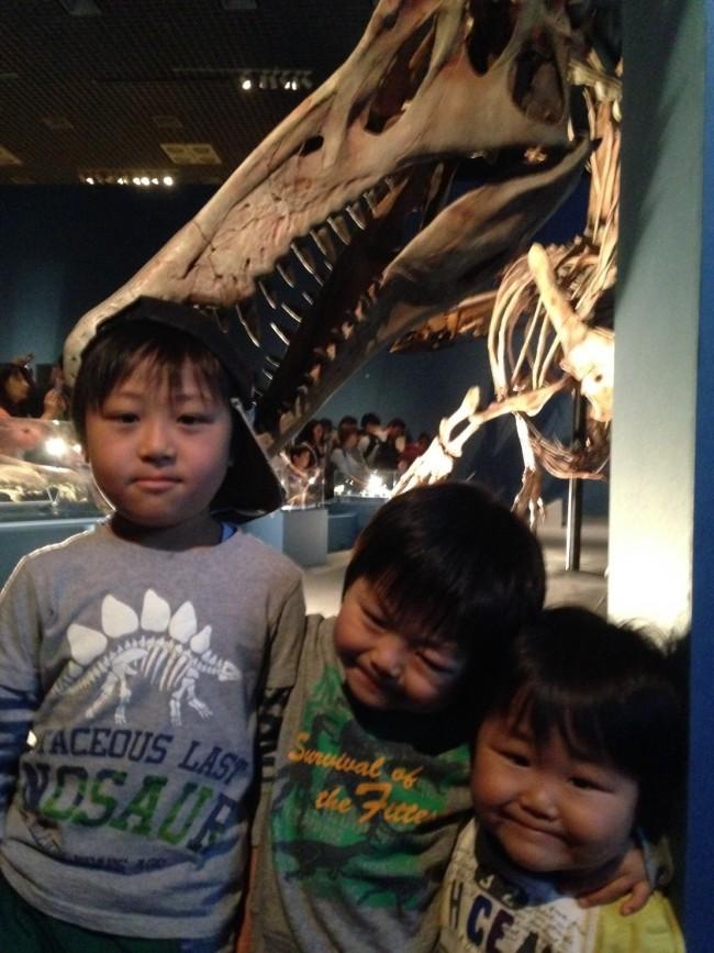本物の恐竜の全骨格を前に、大興奮な子供たち!
