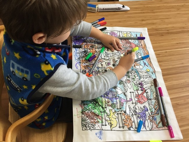 ママがご飯の支度をしている最中、子どもはアーティストに!