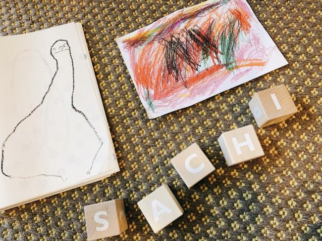 増えていく絵やアート作品は、ブロックと一緒に写真に撮って思い出におさめて!