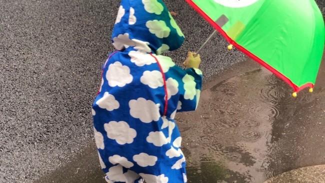 《子どもは雨の日が大好き♡》レインポンチョ、傘、長靴… 我が家のレイングッズ、こんなもの使っています♪