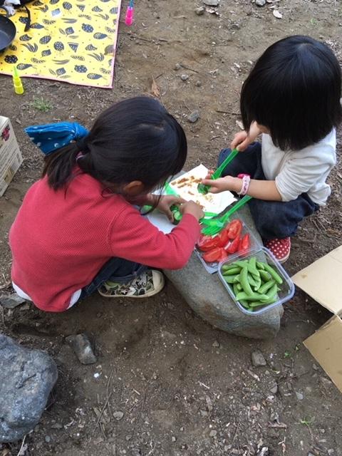 女の子たちは、食材を切ったりさしたり。立派なお手伝いさん♪