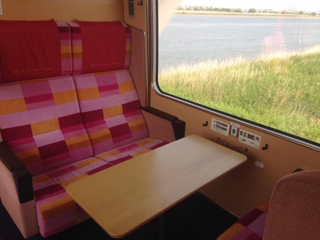 座席は広い空間で、小さな子連れでも快適そうです