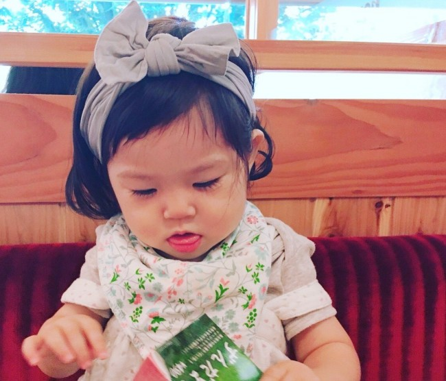 ヘアバンドもお気に入り。赤ちゃんから、少しずつ「女の子」になっていく娘