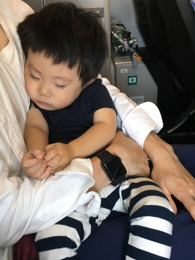 抱っこで飛行機旅ができるのも、わずかな時間。心配することも多いですが、楽しんでくださいね♡