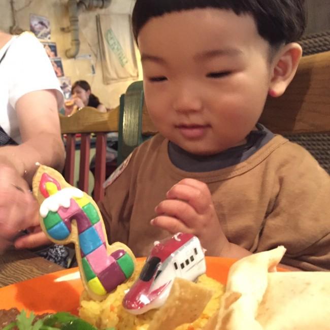 持参したプレートを飾って、お祝いごはん♡ 混んでいる日には、子連れでの食事は事前リサーチ&予約が必要です