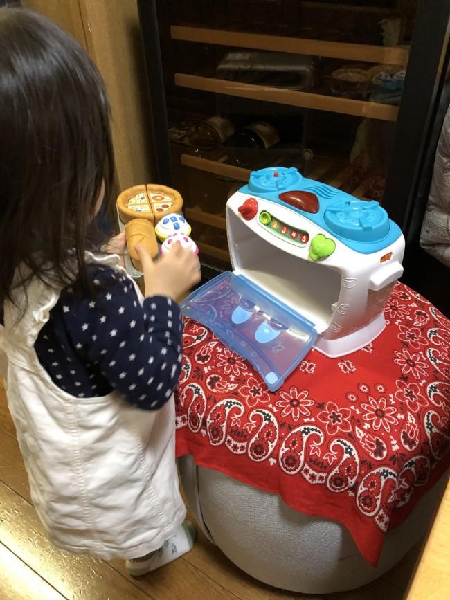 最近の娘は、いつもオーブンと一緒。いろんな部屋へオーブンを持って行って、出張料理人のよう♪