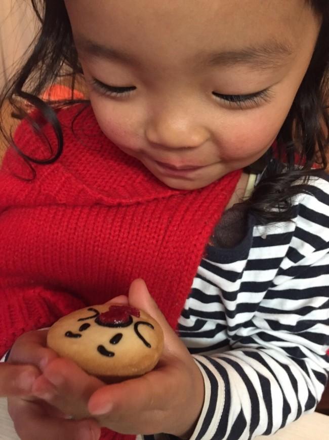 クッキー一枚を宝物のように眺める娘。アンパンマンやトトロがお気に入りです