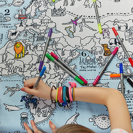 テーブルいっぱいの地図をカラフルに塗り絵したり!