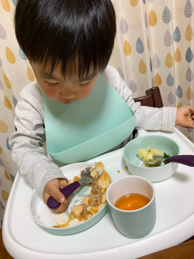 テーブルの上でお皿が動きにくいので、一人食べも安心して見ていられます