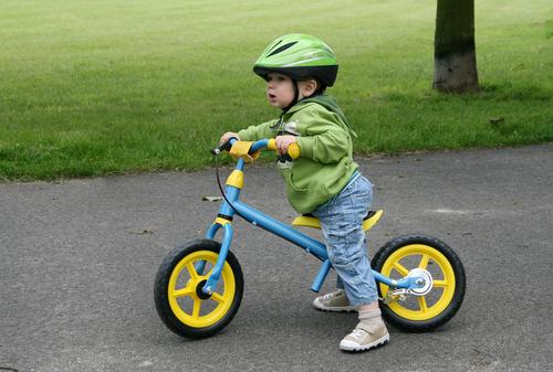 子どものせ自転車のときだけでなく、ペダルなし自転車などで子どもを遊ばせるときも装着したいものです