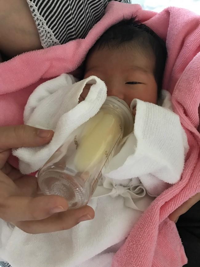 自分で哺乳瓶を持って飲めるなんて…! こんな姿を見ることができて、母乳トラブルも報われました