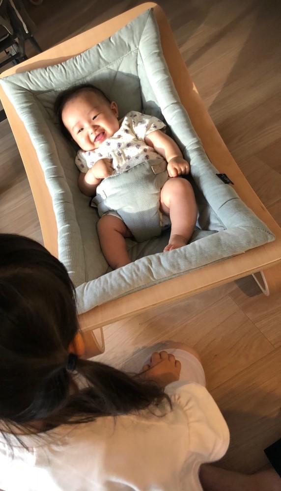 赤ちゃんもご機嫌♡ ベビーロッカーに寝かせておけば、お姉ちゃんのおもちゃを誤飲するような危険も防げます