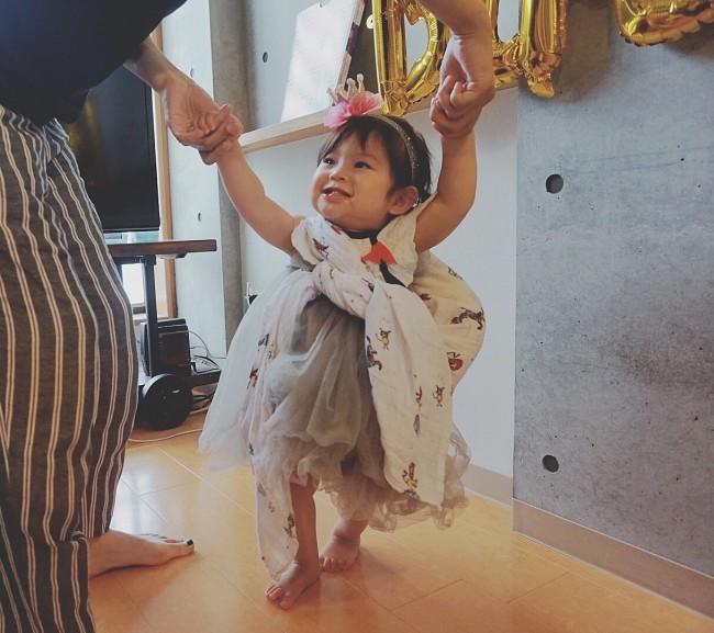 まだこの時はワンピースとして着ている長女。成長したらスカートに♪ ベビーから6歳くらいまで長く着られる一着です
