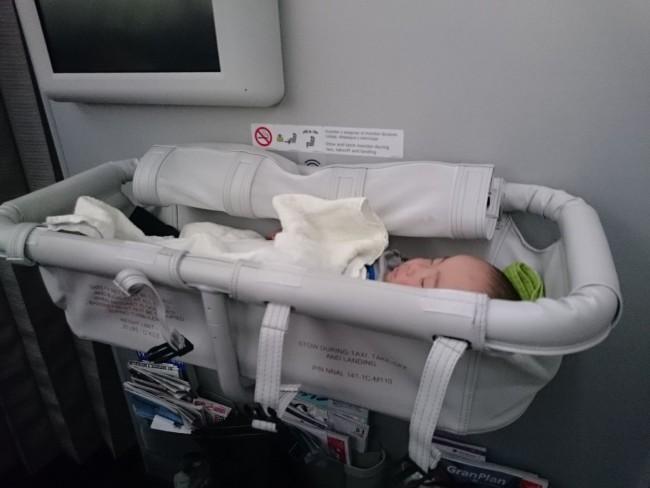 赤ちゃんが寝ると、座っている大人には顔が見えません…