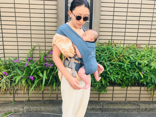装着時には、赤ちゃんの頭がママの胸より上の位置にくるように