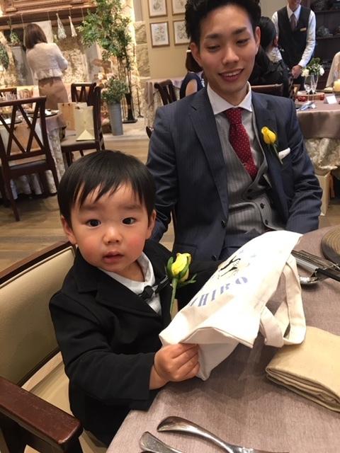 席につくと、息子用にオリジナルのバッグが!