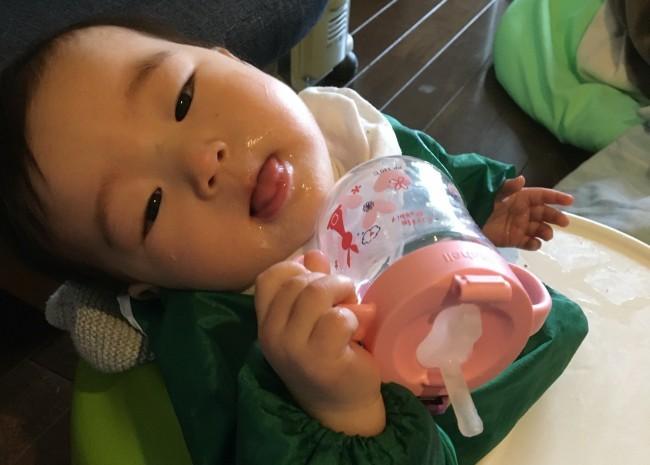 ストローがなにかも全くわかっていない顔の娘(7ヶ月)