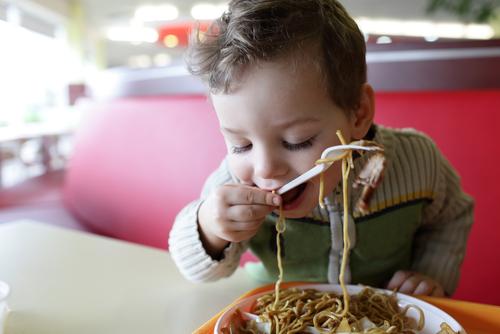 手づかみ食べは、フォークやスプーンへのステップアップに!