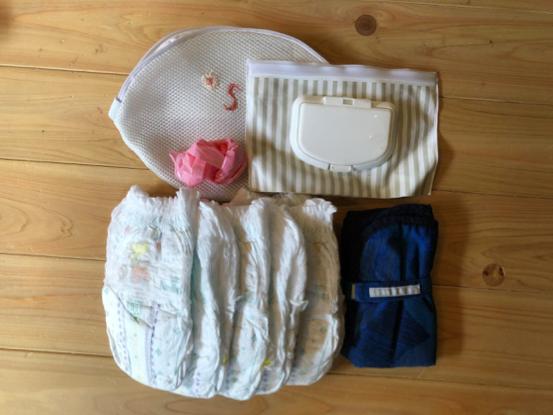 オムツは多めに5枚程度。おしり拭きは手作りのオイルコットンを使っています