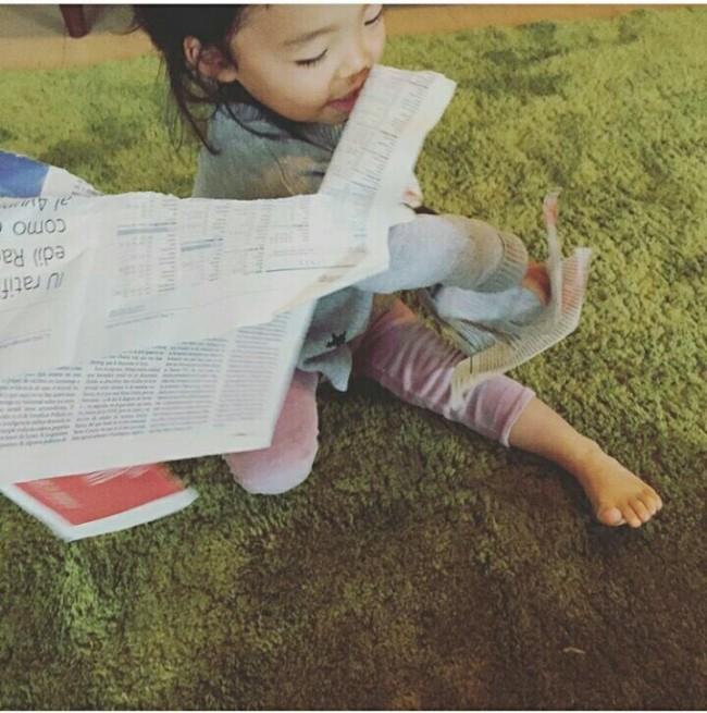 まずは新聞紙をビリビリ。楽しい作業です!