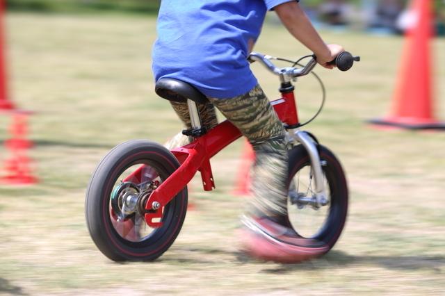 三兄弟に使い倒されることになるキッズバイク。補助輪で練習することなく、自転車に乗れるようになります!